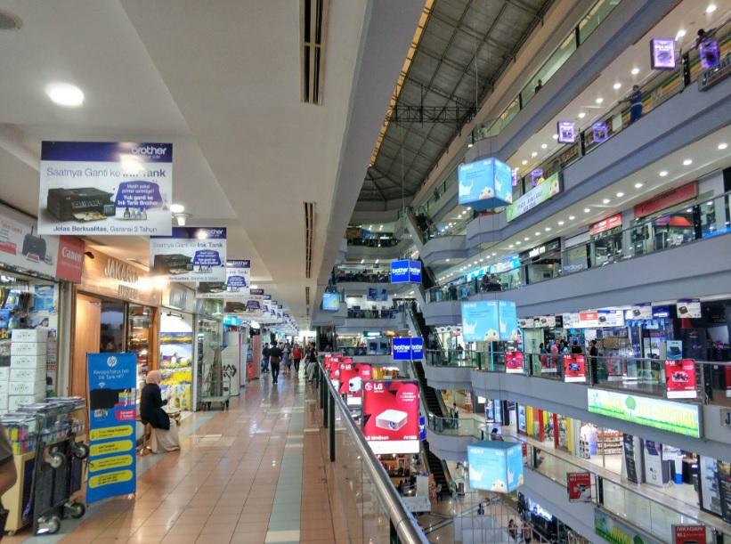 """インドネシア首都ジャカルタの""""秋葉原""""ITC Mangga Duaモール。電化製品だけでなく、各国からの色とりどりの輸入品が並ぶ。 写真:elapla global Inc."""