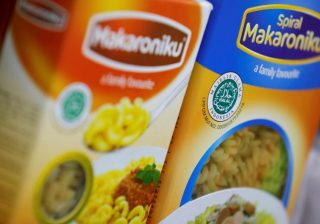 ジャカルタの小さな商店で売られている食料品に貼られたインドネシアLPPOM-MUIのハラル認証ラベル。2019年2月15日。写真:ロイター/ Willy Kurniawan