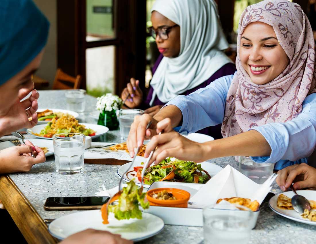 中東の女性 食事風景