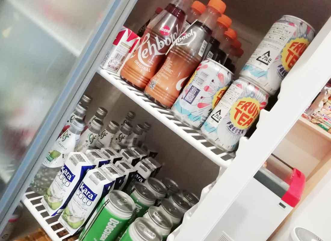 ハラールショップ117の店舗に陳列されている清涼飲料水(ジュース等)